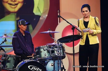 Parijan, pemain drum menggunakan satu tangan