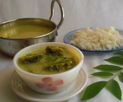 spinach gatte in yogurt curry