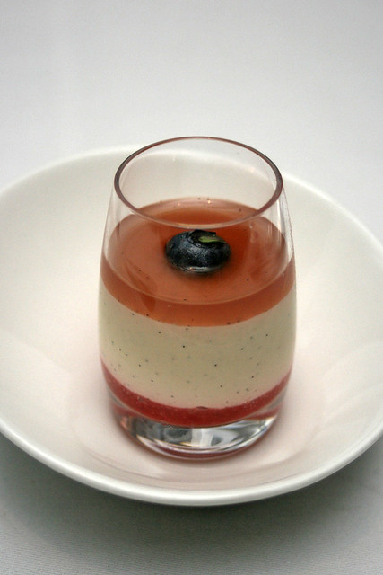 Crème légère à la vanille, coulis de fraise et gelée au thym - Light vanilla cream, strawberry coulis and thyme jelly