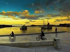 Azul y amarillo con luna y paseantes (Bonsailara1) Tags: oslo noruega norway operahouse azulyamarillo blueandyellow moon luna bicicletas bicycle boats sunset crepúsculos cielo sky fiordo fiord