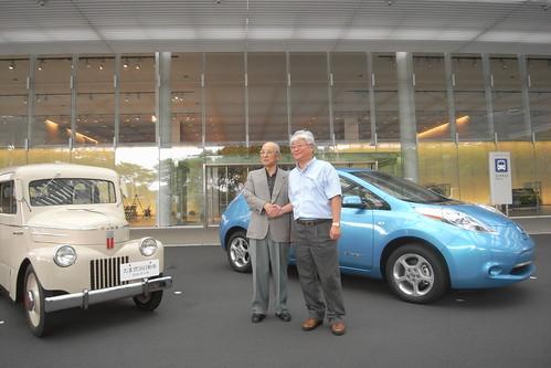 たま電気自動車設計者 田中次郎さん(左)と日産リーフ開発責任者門田英稔