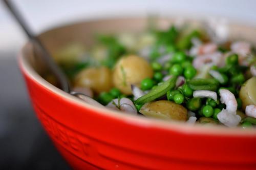Salat af nye kartofler, ærter, asparges, rejer, rødløg og dild