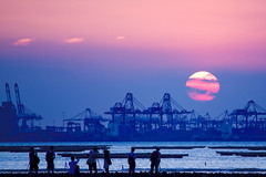 Photographer's Paradise (Simon - hibernating) Tags: china sunset sky people sun men tourism nature silhouette horizontal standing canon outdoors hongkong eos harbor women paradise photographer adult crane dusk tranquility images tourist getty   tranquilscene paknai  traveldestinations colorimage 450d unrecognizableperson mediumgroupofpeople lookingatview