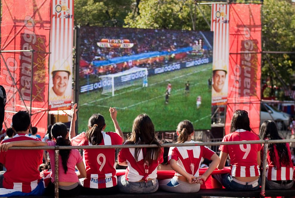 Transmisión del Partido de fútbol Paraguayvs España de la Copa Mundial Sudáfrica 2010 en la Plaza de la Democracia, donde se congregaron cerca de 3 mil personas (Elton Núñez - Asunción, Paraguay)