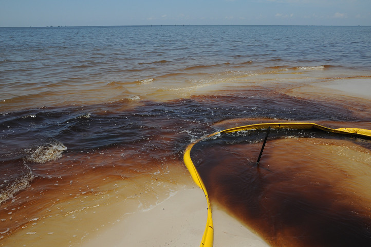 oil in water and oil on beach with boom__7311 web