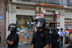 Mossos davant La Universitat Lliure La Rimaia