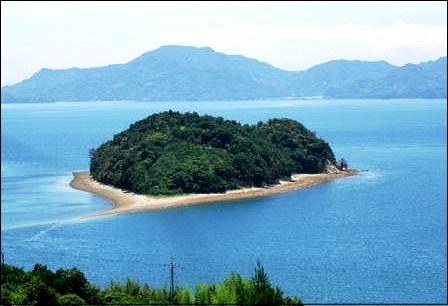 小芝島、ハート型の島 を臨む展望台&愛を結ぶ鍵で デートスポットに