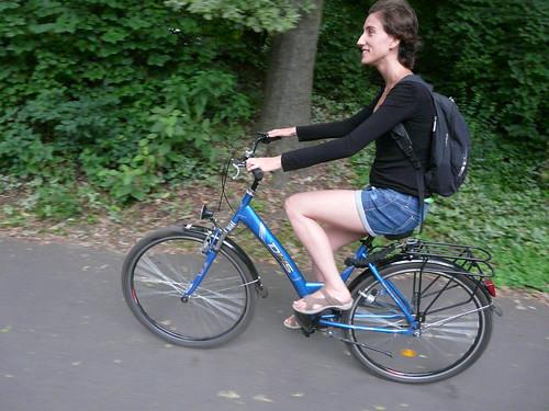 Sara pedaleando en Tiergarten