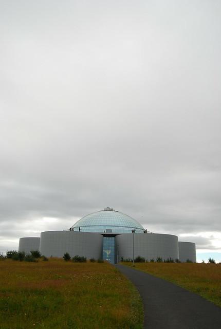 Perlan en Reykjavík desde lejos