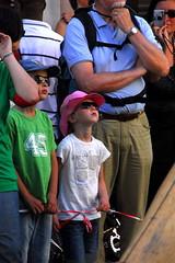 Royal de Luxe - Antwerp 2010 - De duiker, zijn hand en de kleine reuzin - DAG 1 (_Kriebel_) Tags: giant little uncle hires zomer giants diver antwerp marionetas van gigante antwerpen pequeña anvers giantess dag1 gigantes kriebel royaldeluxe zva escafandra scaphandrier jeanluccourcoult petitegéante littlegiantess pequenagigante risessan risinn deduikerzijnhandendekleinereuzin