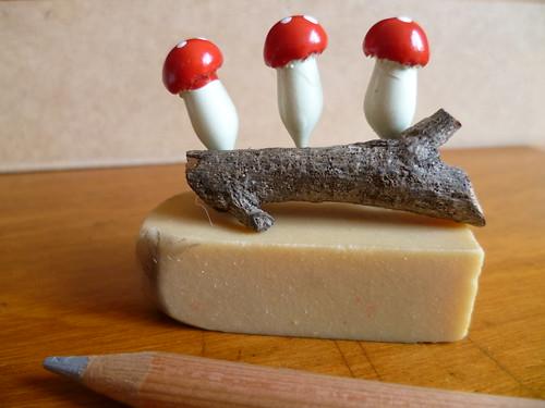 Broche de graveto e cogumelos