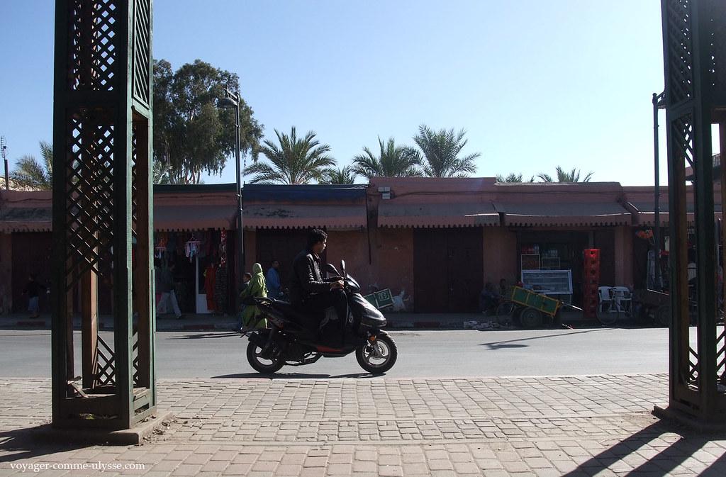 Un scooter qui passe, pas de casque sur la tête