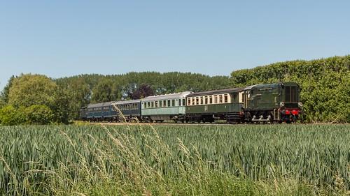 Langeweegje SGB Dieselloc 521 met passagierstrein 55