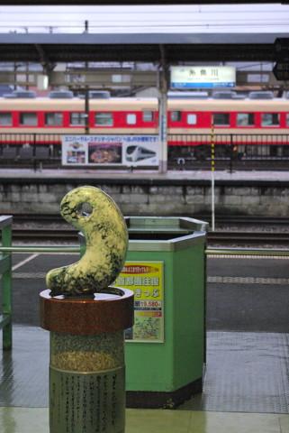 糸魚川駅にある巨大な翡翠の勾玉