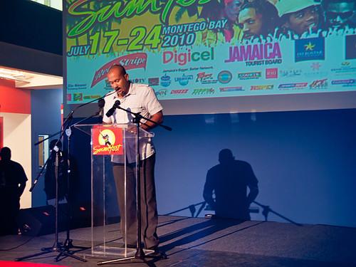 Usher toma o palco central no Festival Anual Reggae Sumfest de Jamaica