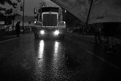 On se retrouve donc ce soir, face à face, sous la pluie... (Sous l'Oeil de Sylvie) Tags: street light blackandwhite rain umbrella truck nightshot noiretblanc lumière pluie camion van rue peterbilt parapluie streetshot sigma1020mm roberval prisedenuit prisederue