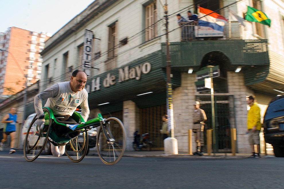 El Argentino Ricardo Suarez de la categoria 42km en silla de ruedas va pasando por la calle Pdte. Franco a la altura de 14 de Mayo.  (Diego Ayala - Asunción, Paraguay)