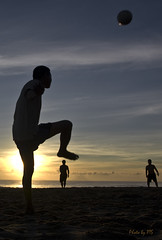 Mt chp hai (bombop) Tags: sea people game beach sport sunrise island football lao chm c