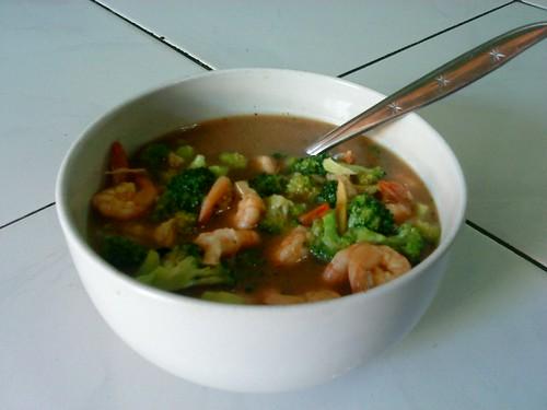 Yak,masakan pertama sudah jadii,cah udang brokoli ala chef istiana... *lagi belajar masak :p