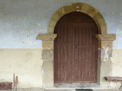 Muy breve visita a Potes 002 (JaulaDeArdilla) Tags: door espaa abandoned spain puerta porta espagne cantabria 2010 abandonado espanya libana