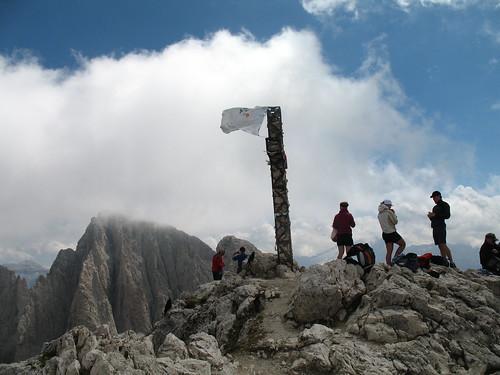 Der Gipfel des Plattkofel (2598 m) mit Gebetsfahne