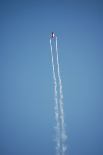 F16 volando hacia arriba