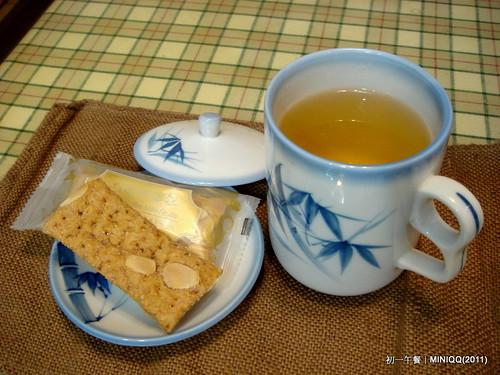 20110203 初一午餐點心-金萱烏龍+焦糖咖啡千層派