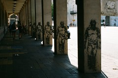 Eternestor (pelard) Tags: street city film analog graffiti stencil column eternauta nestorkirchner