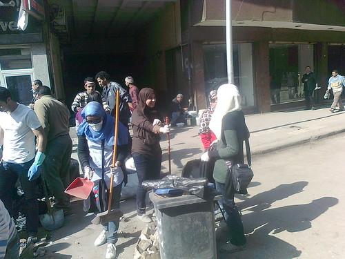 بعد نجاح الثورة ,الشباب يبدأ بتنظيف الميادين والشوارع