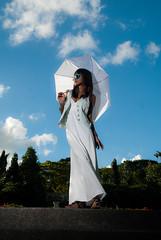 [フリー画像] 人物, 女性, アジア女性, サングラス, 傘, シンガポール人, 201011010900