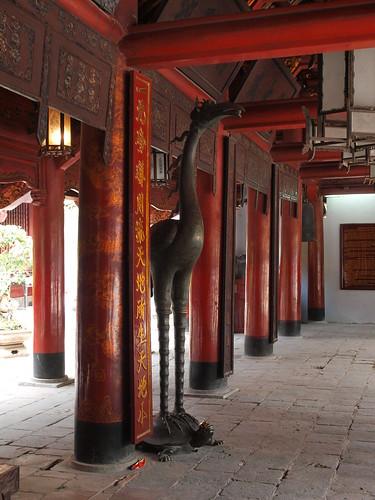 越南文廟-國子監-賢明園中央禮堂的龜鶴銅像