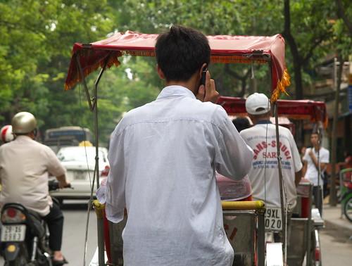 可能太無聊了, 三輪車伕沿路打電話聊天