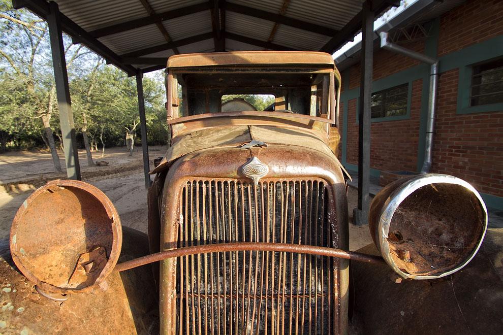 Un viejo Ford utilizado por el Ejército Paraguayo en la Guerra del Chaco para transportar agua a los fortines. (Tetsu Espósito - Fortín Boquerón, Chaco, Paraguay)