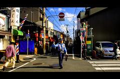 e tu fermati (Fon-tina) Tags: street japan canon kyoto strada angle alt sunday wide police stop nippon gion giappone policeman polizia divieto incrocio canon350deos efs1020mm divietoditransito