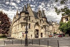dalle parti di saint paul (imagina (www.giuseppemoscato.com)) Tags: sky paris france castle lamp nuvole harrypotter saintpaul francia castello lampione parigi architetturedifine800