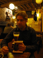 Miky si beve una Kwak al Theatre de Toone - Bruxelles