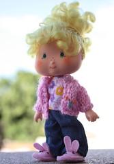 Oie! Eu sou a Annie! (Mari Assmann) Tags: portrait cake vintage doll bokeh felt 80s blonde annie 1981 kenner feltro bunnyslippers ssc shortcake  lemonmeringue 450d canonxsi monicaloureno edioamericana bellaboneca