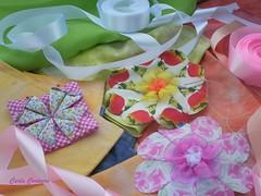 Wip com flores e fitas (Carla Cordeiro) Tags: origami workinprogress wip fuxico patchwork dobradura caleidoscpio fitadecetim floresdetecido foldedflowers linhaeagulha agulhaelinha origamiemtecido tecidotingido floresdefuxico tingidopordivnia orinuno