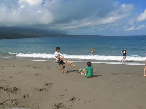 在沙灘上玩起最簡單的遊戲—拉檳榔葉鞘