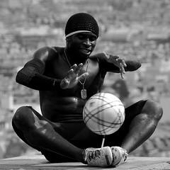 Iya Traoré - (lachaisetriste) Tags: portrait blackandwhite paris foot nikon noiretblanc ballon montmartre nb homme spectacle toits athlète bwbw d700 freestylesoccer 4tografie iyatraoré
