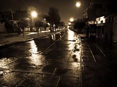 Fotografiando bajo la lluvia / Photographing in the rain (Mabperu) Tags: street peru rain night dark noche calle lluvia lima surco medianoche higuereta