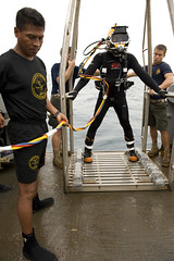 Preparing to Lower a Diver (US Navy) Tags: boat barco military platform sailors militar diver usnavy lowering unitedstatesnavy marineros buceador