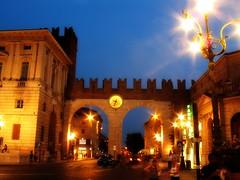 Verona: in uscita da Piazza Bra (gengish) Tags: city travel italy art italia foto arte bra verona piazza fotografia vacancy citt veneto gengish