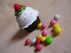 Cupcake Croche (Luciane P. Castro) Tags: cake strawberry handmade crochet cupcake morango croche docinho sache lembrancinha feitoamão alfineteiro agulheiro