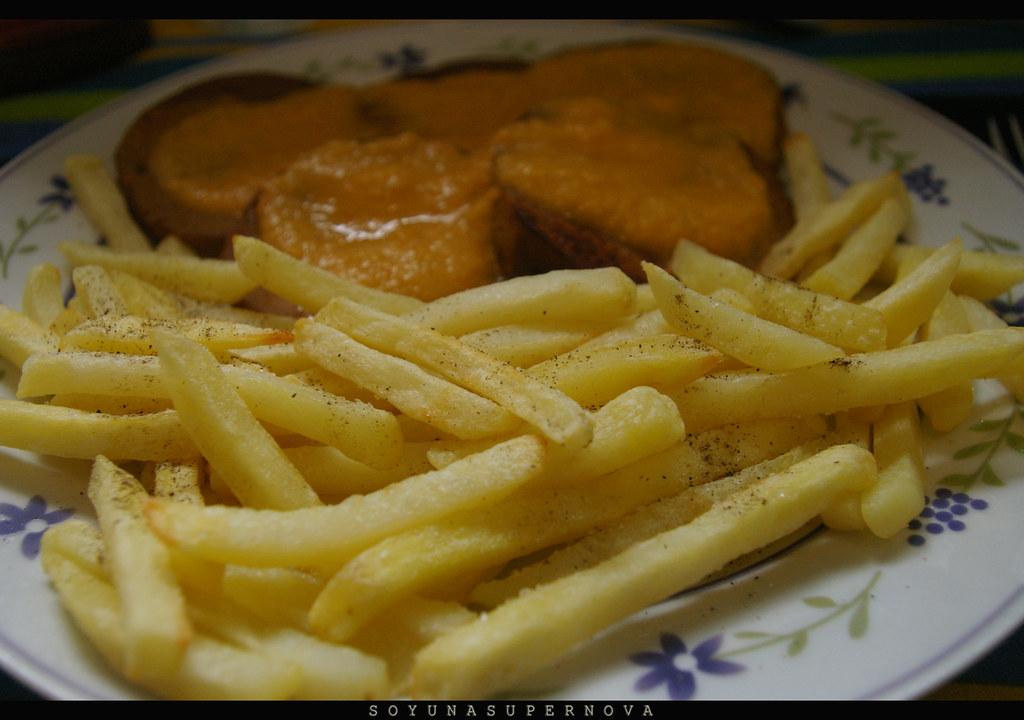 """Carnita"" en salsa con patatas fritas."