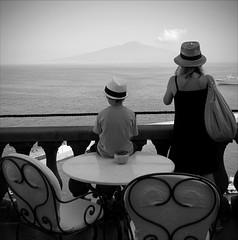 Le nouveau Caruso, il attend la bonne inspiration devant le gulfe de Naples et le Vesuve (Paolo Pizzimenti) Tags: mer inspiration campania paolo olympus hasselblad sorrento caruso balcon italie magnum ronis garon fils chanteur vesuve