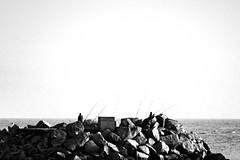 (xxooo) Tags: montevideo americadosul uruguai uruguay south america southamerica pescadores fisherman fishermen pb bw rocks rochas mar sea water água