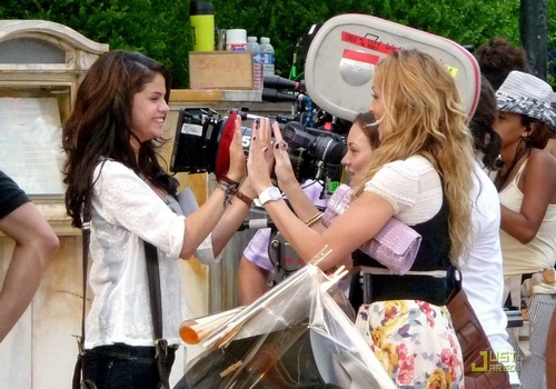 selena-gomez-leighton-meester-high-five-01