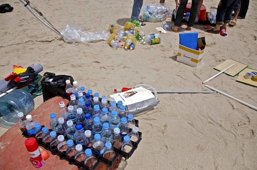 Plataforma flotante con botellas