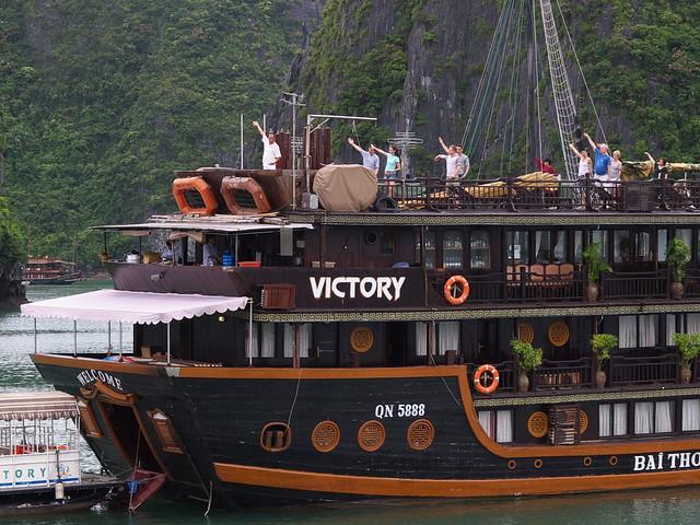 作早操的西方遊客,不知道船員怎麼說服這一群西方遊客作早操的